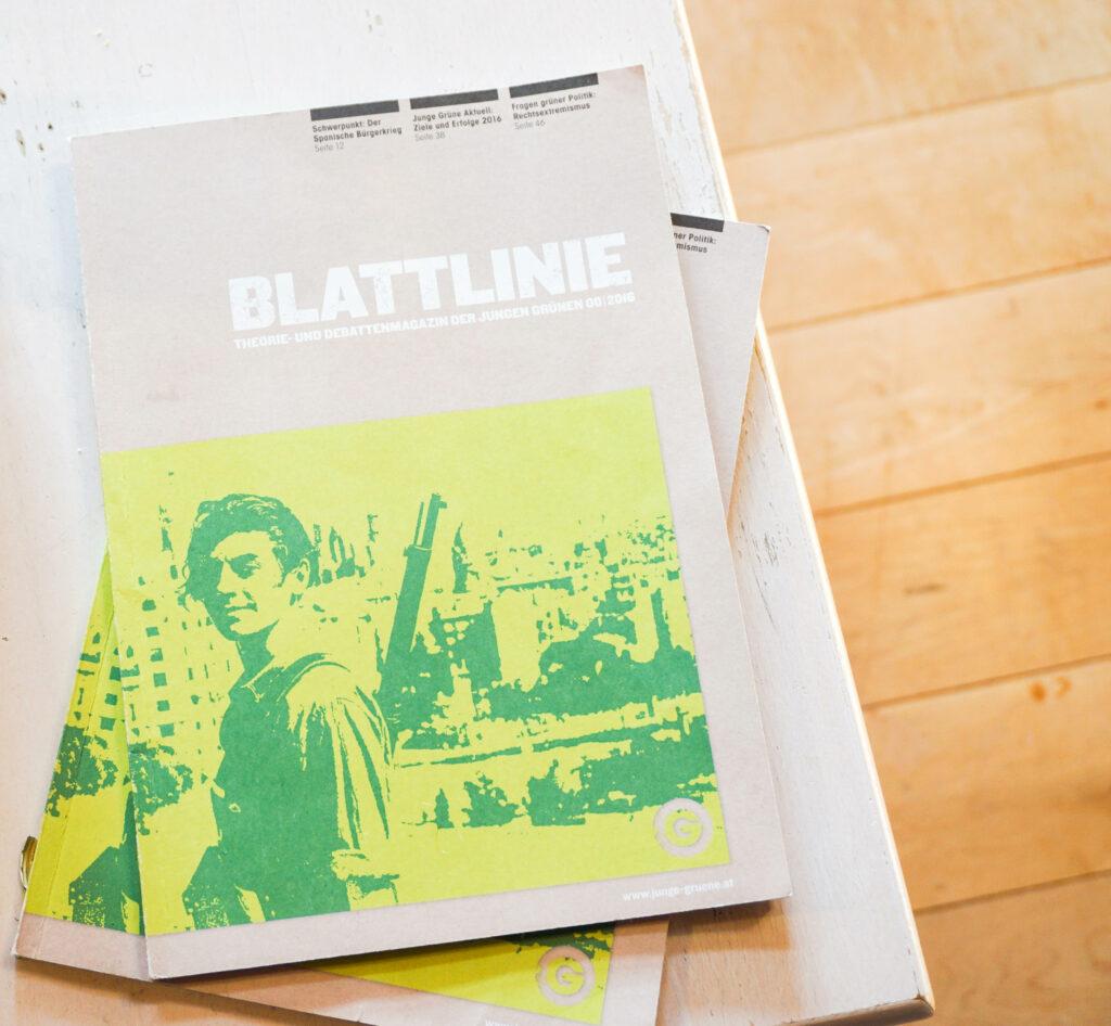 """Zwei Magazine mit dem Titel """"Blattlinie"""" liegen auf dem Tisch."""
